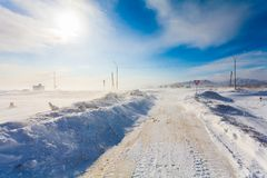 Estrada nevando perigosa com sinais de estrada para conduzir carros e o transporte público durante o blizzard Imagem de Stock