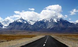 Estrada a nevar montanha Imagem de Stock