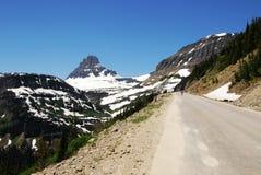 Estrada a nevar montanhas Fotografia de Stock