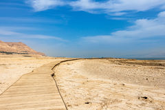 Estrada no deserto ao mar Fotos de Stock Royalty Free