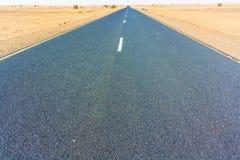 Estrada no deserto de Sahara Fotos de Stock Royalty Free
