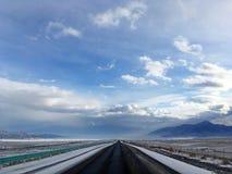 Estrada no inverno coberto de neve do céu azul do lago Sayram Sailimu Imagens de Stock Royalty Free