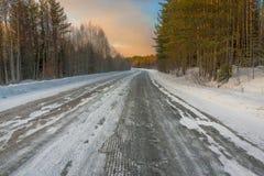 Estrada no inverno no alvorecer Fotos de Stock Royalty Free