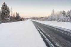 Estrada no inverno no alvorecer Imagens de Stock Royalty Free