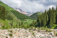Estrada no lago grande Almaty, nas montanhas da natureza e no céu azul em Almaty, Cazaquistão, Ásia no verão fotografia de stock royalty free