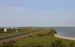 estrada no meio de uma represa em Países Baixos Fotografia de Stock Royalty Free