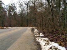 A estrada no outono, na neve de alguns lugares é já visível Imagem de Stock Royalty Free