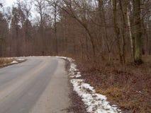 A estrada no outono, na neve de alguns lugares é já visível Imagens de Stock Royalty Free