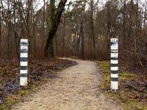 A estrada no outono, na neve de alguns lugares é já visível Imagens de Stock