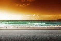 Estrada no tempo do por do sol fotografia de stock royalty free