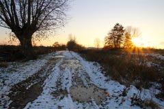 A estrada no terreno do inverno fotos de stock