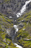 Estrada norueguesa da montanha Cachoeira e ponte da pedra Trollstigen Foto de Stock Royalty Free