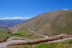 Estrada nos andes altos, calha da montanha a garganta de Susques a Purmamarca, Jujuy de Cuesta De Lipan, Argentina imagem de stock