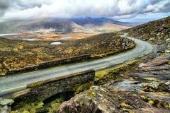 Estrada nos montes da península do Dingle Fotos de Stock Royalty Free