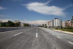 Estrada nova da cidade do asfalto na luz do sol do verão Fotografia de Stock