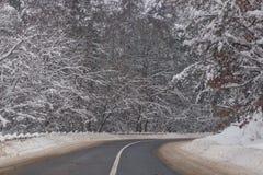 Estrada ocupada na noite do inverno Fotografia de Stock