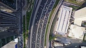 Estrada ocupada no meio da arquitetura moderna impressionante do voo panorâmico de Dubai da cidade grande futurista sobre filme