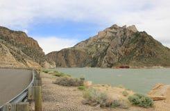 Estrada paralela a um lago Foto de Stock Royalty Free