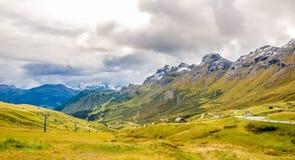 Estrada à passagem 2239m de Pordoi em dolomites de Itália Imagens de Stock