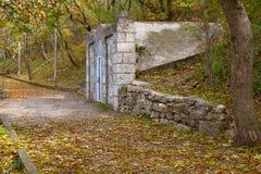 Estrada pavimentada velha através da floresta Pyatigorsk, Rússia Fotografia de Stock Royalty Free