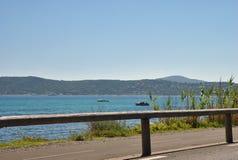 Estrada pelo mar em um dia ensolarado Foto de Stock