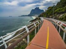 Estrada pelo mar Trajeto maravilhoso da estrada e da bicicleta Trajeto da bicicleta de Tim Maia na avenida de Niemeyer, Rio de ja fotos de stock royalty free