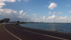 Estrada, perspectiva, lago, água, natureza, curso, céu, azul, nuvens Fotografia de Stock