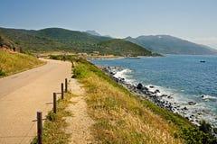Estrada perto da praia em Córsega fotografia de stock royalty free