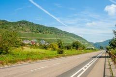 A estrada perto da vila com vinhedos germany Fotografia de Stock