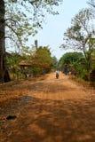 Estrada perto de Mekong River em Kratie, Camboja durante a estação seca imagens de stock royalty free