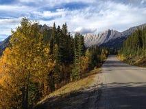 Estrada perto do lago medicine Imagens de Stock