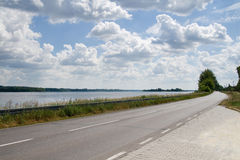 Estrada perto do rio grande fotografia de stock