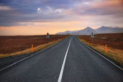 Estrada & por do sol de Islândia Imagens de Stock Royalty Free