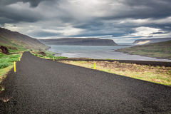 Estrada preta nas montanhas Foto de Stock