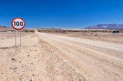 A estrada principal C35 no ao noroeste de Namíbia fotos de stock