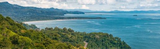 Estrada que atravessa a costa pelo Oceano Pacífico fotografia de stock