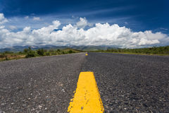 A estrada que conduz às nuvens fotos de stock royalty free