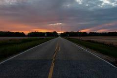 Estrada que conduz ao por do sol imagem de stock royalty free