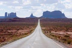 Estrada que conduz ao vale do monumento Fotos de Stock Royalty Free