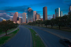 Estrada que conduz aos arranha-céus da cidade Imagens de Stock Royalty Free