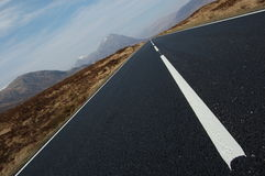 Estrada que conduz com Glencoe em Scotland foto de stock