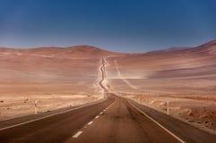 Estrada que conduz no deserto de Atacama no Chile Imagem de Stock Royalty Free