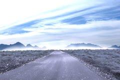 Estrada que conduz para fora ao horizonte Imagem de Stock Royalty Free