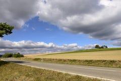 A estrada que dobra-se sob nuvens grossas na queda coloca, Alemanha Foto de Stock