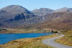 Estrada que funciona através das montanhas e dos lagos Foto de Stock