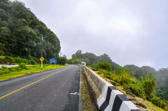 Estrada que gira nas montanhas Fotos de Stock Royalty Free