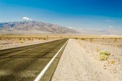 Estrada quente do deserto no parque nacional de Vale da Morte, Califórnia Fotos de Stock Royalty Free