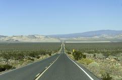 Estrada reta Califórnia do deserto Fotografia de Stock Royalty Free