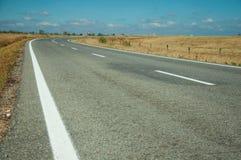 Estrada reta com a paisagem rural perto do parque nacional de Monfrague foto de stock royalty free