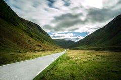 Estrada reta da montanha que conduz através do vale dramático, Noruega imagem de stock royalty free